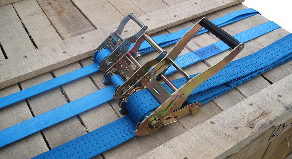 Spanbanden in gebruik om een houten kist